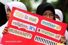 Sejumlah pengunjukrasa dari Gerakan Masyarakat Peduli Palestina melakukan aksi damai di Bundaran Digulis, Pontianak, Kalbar, Minggu (13/7). ...