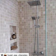 Å bygge inn dusjhyllene i vegg er jo både praktisk og utrolig lekkert. Takk for inspirasjon @huset_paa_yttersiden #vikingbad #dusjløsning #tipstilbadet #baderom #baderomsinspirasjon #baderomsinspo