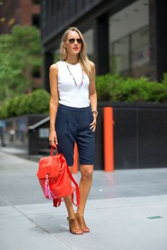 9 summer fashion rules that you can break - Mode - Shorts Bermuda Shorts Outfit, Shorts Casual, Navy Shorts, Casual Wear, Jean Shorts, How To Wear Shorts, Shorts For Work, Short Outfits, Stylish Outfits