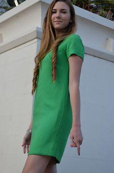 kelly green shift dress / etsy Green Shift Dress, Dress Skirt, Shirt Dress, Classic Elegance, Kelly Green, Dress Me Up, Vintage Outfits, Short Sleeve Dresses, Women's Fashion