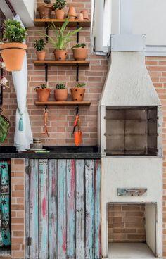 As portas de um armário descartado foram cortadas e viraram as prateleiras com vasos, ao lado da churrasqueira pré-moldada. Na parede próxima do deque, o revestimento cerâmico imita canjiquinha (da linha Eko, da Pamesa, HD Fileto Pietra Claro, 34 x 50 cm. Telhanorte, R$ 34,90 o m²). Já a superfície oposta leva cerâmica com aparência de tijolo.