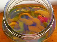 Peperoni sotto olio Sfiziosi e croccanti da aggiungere alle insalate o come contorno Un modo per avere in dispensa verdure pronte all'uso.