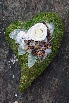 http://holmsundsblommor.blogspot.se/2011/10/mosshjarta.html Gravdekoration i hjärtform