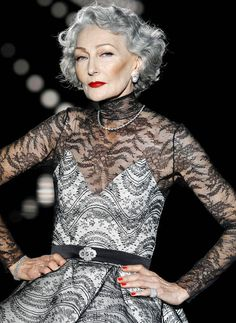 SIlver chic // Alicia Borrás for Andrés Sardá S/S 2015 Sexy Older Women, Old Women, 50 Fashion, Party Fashion, Alicia Borras, Andres Sarda, Beautiful Old Woman, Cut And Style, 50 Style