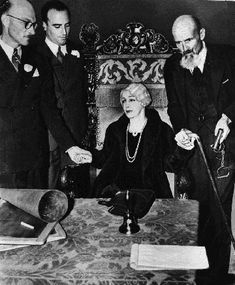 Bess Houdini holding a seance to contact Harry Houdini at the Knickerbocker hotel