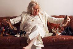 Seconde main de luxe on en parle ? - MireilleOver60 La Vitrine à Nice est un dépôt-vente pas comme les autres. Uniquement des accessoires, principalement des chaussures, très haut de gamme. Remises en état par des professionnels avant d'être proposées à la vente. Concept innovant et unique. On  adhère totalement Ouverture 20 septembre 2020 au 7 rue de Russie Nice, et en ligne. #chaussures #luxe #secondemain #recyclage #antigaspi #stopwaste #upcycling Mode Cool, Bell Sleeves, Bell Sleeve Top, Totalement, Unique, Blog, Tops, Women, Fashion