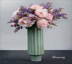 Peonías y lilas sobre el jarrón modelo spring