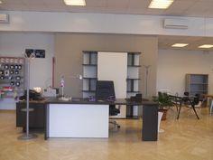 Soluzione ufficio in rovere moro completa di scrivania, libreria, mobile di servizio e cassettiera. Lithos, Della Rovere.