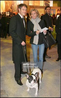 Philippe Mugnier, Mougik (Yves Saint Laurent's dog) and Claire Chazal at Art Collections Of Yves Saint Laurent And Pierre Berge Auction At Grand Palais. Over 60 Fashion, Over 50 Womens Fashion, Fashion Maman, French Capsule Wardrobe, Parisienne Style, French Women Style, Urban Looks, Older Women Fashion, Casual Winter Outfits