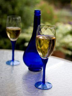 Włochy należą do największych producentów wina na świecie. Red Wine, Alcoholic Drinks, Glass, Drinkware, Corning Glass, Red Wines, Alcoholic Beverages, Liquor, Alcohol Mix Drinks