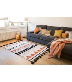 Las líneas irregulares, en la nueva colección de Lorena Canals, hacen un diseño distinguido, subrayando la importancia del trabajo de nuestros artesanos. Cada alfombra está hecha a mano por nuestros artesanos con algodón 100% natural y tintes naturales. Además, se pueden lavar en casa en una lavadora convencional.