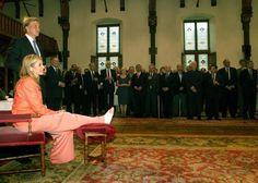 Maxima zit met haar voet op een bankje tijdens het bezoek aan de Staten-Generaal. De Verenigde Vergadering ging tijdens het maken van deze foto akkoord met de Toestemmingswet voor het huwelijk van kroonprins Willem-Alexander met Máxima Zorreguieta. © anp