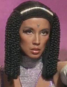 The Original 'Elaan of Troyius' - Elasian hairstyle reminiscent of Egyptian culture . Combination vented head scarf with coiling, raven locks (braids) and searing, jet-black 'accented' eyes Star Trek 1966, Star Trek Tv, Star Wars, France Nuyen, Star Trek Reboot, Nichelle Nichols, Star Trek Images, Star Trek Characters, Star Trek Original Series