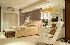 A suite do casal ficou um sonho, chic e acolhedor com pendente de cristal e folha de ouro da Interpan!!