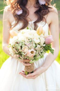 Bukiet ślubny z tulipanów i hortensji