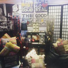 Tenemos nuevo escaparate en nuestra tienda de #avmeridiana311 con todas nuestras últimas novedades. #ElimHome #avmeridiana311 #decoracion #interiorismo #espaciosconencantos #love #cajonerascorazon #jarronesmimbre #cañasbambu #baulesrusticos #textil @olivertwirl