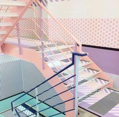 Escalier coloré et mur à pois rose pâle (Interior / Present&Correct) #palepink #polkadots #interiordesign