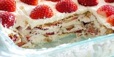 Fresh Strawberry and Whipping Cream No Bake Cake - Recipes Desserts With Biscuits, No Bake Desserts, Easy Desserts, Strawberry Icebox Cake, Strawberry Desserts, Biscuits Graham, Icebox Cake Recipes, Bon Dessert, Desert Recipes