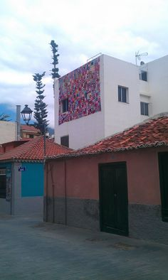 Yarn bombing, guerrilla knitting, cubriendo la pared de una casa en Puerto de la Cruz, Tenerife