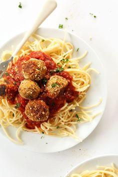 EASY 10 ingredient vegan meatballs! | Vegan || veganfoods || veganrecipes || #vegan #veganfoods #veganrecipes || http://www.pulpstoryjuice.com/