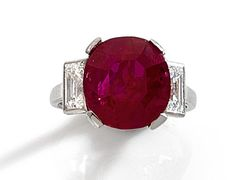 Lot : IMPORTANTE BAGUE RUBIS  - Elle est ornée d'un rubis coussin en châton à griffes.[...] | Dans la vente Importants Bijoux à Tajan