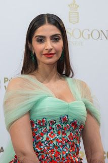 Beautiful and gorgeous bollywood actress: Hot boobs and cleavage of sonam kapoor Indian Bollywood Actress, Beautiful Bollywood Actress, Beautiful Actresses, Cool Braid Hairstyles, Indian Hairstyles, Sonam Kapoor Photos, Cleavage Hot, Cool Braids, International Fashion
