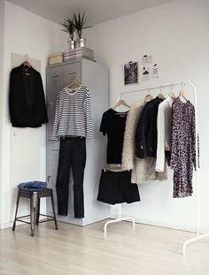 サイズが合っていない服は手放して、自分の体型を美しく見せてくれるものだけを残してみてください。