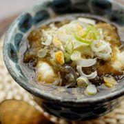【デカ湯豆腐】寒い夜には暖かい物で  材料(1人分)    豆腐(絹) … 1丁 うどんつゆ … 200cc とろろこんぶ … ひとつかみ ゆずの皮 … 少々 ながねぎのみじん切り … 大さじ2 七味唐辛子 … 少々  (1)鍋にうどんつゆと豆腐まるごとを入れ、火にかける。  (2)豆腐がクラクラと動き、温まったらどんぶりなどの大きな器につゆごと盛る。  (3)とろろこんぶとながねぎのみじん切り、ゆずの皮、七味唐辛子をのせる。