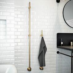 Designskyddade Kaknäs är nätt, flexibel och har ett självsäkert och stilrent formspråk. Med endast ett vertikalt rör går Kaknäs att placera i alla badrum – oavsett storlek eller planlösning. Välj antal torkar utifrån ditt behov och placera dem på rad eller var för sig. Designen och krokarna gör det möjligt att hänga handdukar och badlakan …
