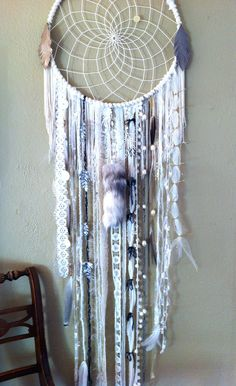 DIY Blue Feather and Bead Dream Catcher. This dream catcher is an attractive one made with blue purp Diy Wanddekorationen, Easy Diy, Dreamcatchers, Diy And Crafts, Arts And Crafts, Creation Deco, Ideias Diy, Crafty Craft, Crafting