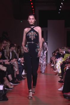 Embellished Black Sleeveless and Backless Jumpsuit. Ready to Wear Spring Summer 2019 Collection Runway by Elie Saab Embellished Black Sleeveless and Backless Jumpsuit. Ready to Wear Spring Summer 2019 Collection Runway by Elie Saab Look Fashion, Runway Fashion, High Fashion, Fashion Show, Fashion Trends, Fashion 2020, Couture Dresses, Fashion Dresses, Fashion Videos