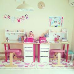 姉妹でおそろいの机♪子どもの描いた絵を飾って、愛情いっぱいのお部屋ですね♪