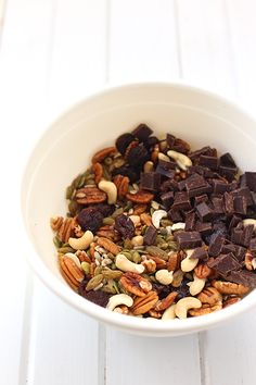 Not all trail mixes are created equal! With this tutorial on how to build a healthy trail mix, you'll get the low-down on what to include, what not to include and how to customize your trail mix to your needs and wants! Healthy Late Night Snacks, Yummy Snacks, Healthy Snacks, Yummy Food, Healthy Recipes, Fruit Snacks, Delicious Dishes, Vegan Snacks, Fall Recipes