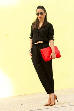 Look con mono negro con zapatos marrones y bolso de mano rojo