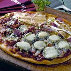 Pizza du maître affineur En Italie, il est coutume de faire des pizzas avec des saveurs différentes. Celle-ci est composées de fromages : le lard s'accompagne d'une bûche de Pussigny, le jambon blanc est associé au brie de Meaux, le jambon de pays se révèle avec le bleu d'Auvergne et le poulet rôti se marie au munster. On obtient une pizza riche en saveurs, parfaite pour les papilles et les pupilles !