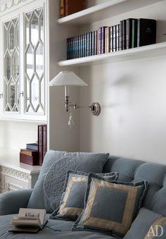 Квартира во французском стиле с голубыми акцентами: интерьер от Татьяны Мироновой   Admagazine   AD Magazine Classic Interior, Bookcase, Bedroom Ideas, Bedrooms, Shelves, Bedroom, Bookcases, Dorm Ideas, Book Furniture