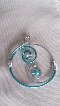 Pendentif N°33, bijoux fantaisie en fil aluminium argenté et turquoise…
