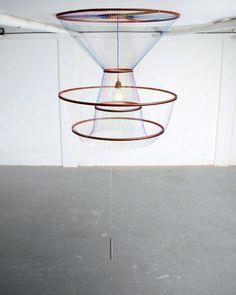 SUSANNE DE GRAEF Prototype Suspension ajustable The Rhythmof light Aluminium, fil de coton, système d'éclairage 2011 H_50 à 220 cm D_100 cm