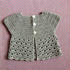 Francine et Rosalie: Mini gilet Cardigan Au Crochet, Crochet Baby Sweaters, Crochet Baby Clothes, Newborn Crochet, Crochet Cardigan, Crochet Stitches Patterns, Thread Crochet, Baby Knitting Patterns, Crochet Girls