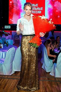 How to rock a sequin maxi skirt! Svetlana Khodchenkova showing a beautiful way to style the Von Vonni Ambre Maxi Skirt in Gold! Gold Sequin Skirt, Sequin Outfit, Sequin Maxi, Lace Skirt, Corporate Outfits, Glitz And Glam, Holiday Fashion, Winter Fashion, Weekend Outfit