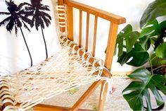 Fauteuil pliant en bois avec dossier et assise en macramé, fait à la main en corde naturelle non traitée.  Très confortable et très pratique, vous pouvez l'emmener partout avec vous, lors d'un picnic en forêt ou pour se reposer à la plage :)  Pièce unique, soyez le premier !
