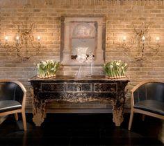 Exemple luxueux en briques beiges et meubles design