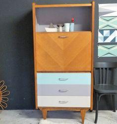 Secrétaire vintage avec sa niche , ses 3 tiroirs relooké dans 3 couleurs douces gris taupé (niche du haut) , beige (niche avec abattant) et vert ...