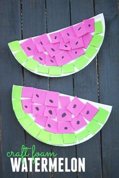 Easy summer craft for preschool and toddlers. This watermelon craft is perfect for kids to work on their fine motor skills.  #summercraft #watermeloncraft #artsandcraftsforkids