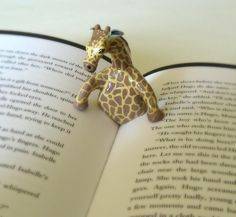 Giraffe book page holder. Giraffe and book - awesome! Polymer Clay Kunst, Polymer Clay Projects, Polymer Clay Creations, Polymer Clay Elephant, Book Holders, Clay Animals, Clay Charms, Book Pages, Clay Art