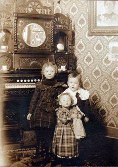 Children with reed organ by bjebie, via Flickr