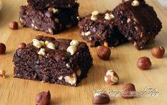 Dolcetti super cioccolatosi, cremosi e fondenti che si sciolgono letteralmente in bocca! I Brownies alle nocciole si preparano utilizzando una sola ciotola.