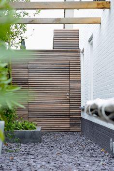 Padoek is een houtsoort die in Belgie veel meer wordt toegepast dan in Nederland. Complimenten voor de mooie moderne stijl. Padoek is in het begin mooi rood en veranderd langzaam naar grijs. Onder een overkapping gaat dit langzamer dan in zon en regen.