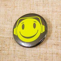 Yellow Smiley Face Enamel /& Metal Lapel Pin Badge 20mm Gift Free UK Postage