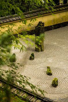Zen Garden In order to have an excellent Modern Garden Decoration, it's useful to be open to all sorts … Japanese Rock Garden, Zen Rock Garden, Mini Zen Garden, Zen Garden Design, Japanese Garden Design, Garden Stones, Landscape Design, Japanese Gardens, Jardin Zen Miniature